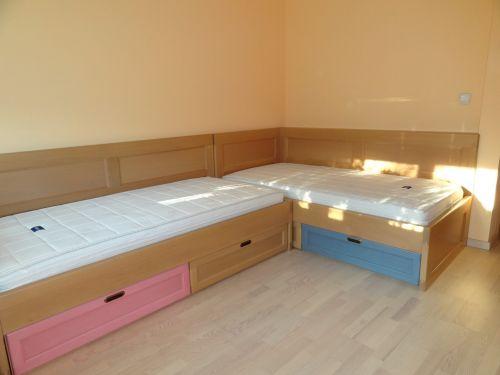 Легла с висока странична табла с чекмеджета бук