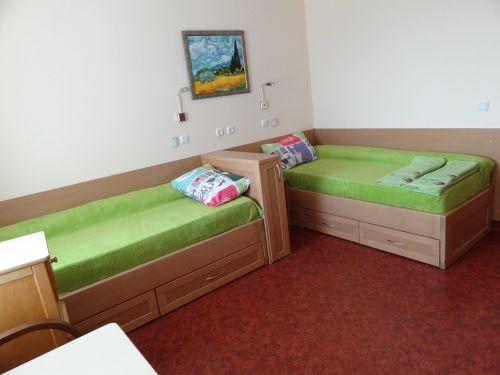 Легло с висока странична табла с чекмеджета бук